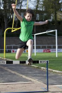 Leichtathletik: Hürdensprung in den Sand.